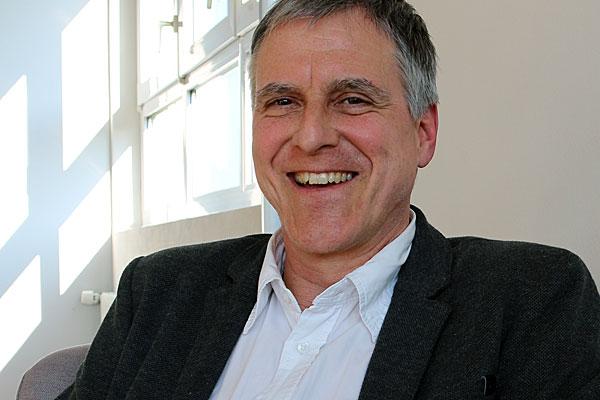 Uwe Roth ist Texter für Leichte Sprache in Ludwigsburg. Er arbeitet außerdem als Journalist für verschiedene Zeitungen und Magazine.